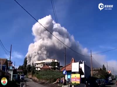 印尼婆罗摩火山喷发 火山灰达1500米遮蔽天空