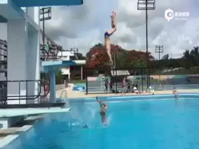实拍俄运动员跳水遇跳台断裂 倒栽葱落水