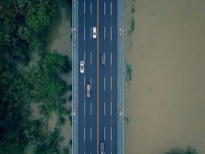 航拍武汉受灾:全城主干道渍水严重 行车如开船