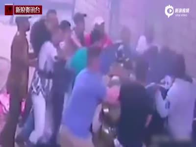 实拍韩国公寓起火 母亲将3孩子从四楼扔下获救