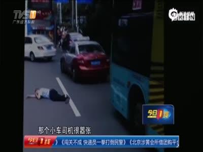 实拍公交司机遭小车司机暴打 协警旁观未制止