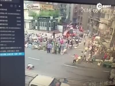 监拍女司机驾车冲入人群致1死7伤 排除酒驾毒驾