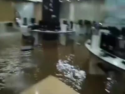 实拍韩国大学图书馆遭遇大雨 屋顶漏水形成瀑布