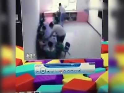 幼儿园摆拍孩子吃水果视频发给家长 拍完就收走