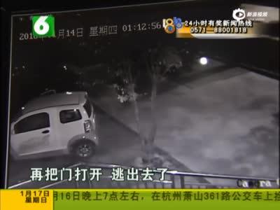 监控:女子深夜遭男子拉开车门性侵 夺刀反抗