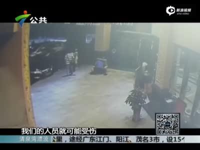 监拍女子深夜被强掳上车 洗劫一空后扔下车