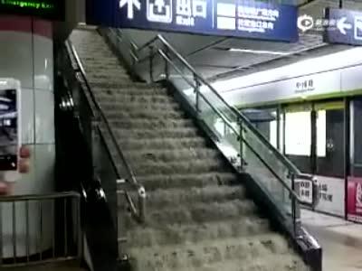 实拍武汉地铁进水 雨水沿楼梯冲进站台