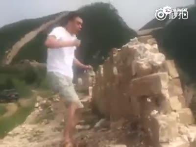 河北男子手脚并用破坏长城 被拘留10日