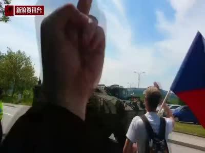 实拍:捷克男子当街脱裤阻挡美军车队