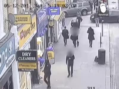 闹市房顶坍塌 男子低头玩手机幸运逃过一劫