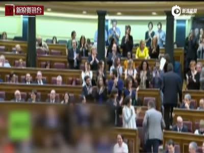 """现场:西班牙议员公开亲吻 表达""""政治热情"""""""