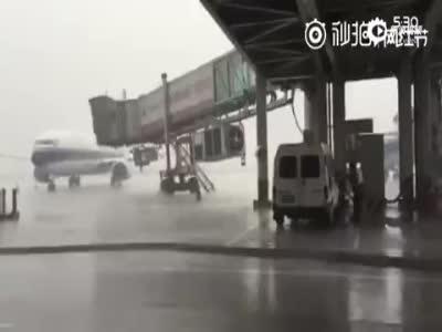实拍:广东揭阳机场客机遭雷击火光四射