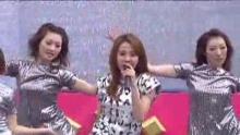 """新浪娱乐讯 蔡依林新专辑《花蝴蝶》正式发片,在台湾预购成绩已达12万1千2百68张。在29日的签唱会上,Jolin站在升降台,边唱边缓缓上升,布幕随之出现约3层楼高的Jolin肖像,头上还带着冠军皇冠。   天降细雨,Jolin却因为演出的缘故只能穿着无袖的衣服,她说:""""其实昨天就已经有了感冒的迹象,今天就一直不停流鼻水,希望大家都多加注意保暖,防止患上疾病。""""   最近一直在进补调养身体的Jolin表示,以前自己也经历过恐惧食物的时期,建议爱美的女孩子们多多咨询营养师,树立正确的减肥观念,不要随便控制食欲。TUNGSTAR/文并视频"""
