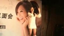 """新浪娱乐讯 1月27日下午,台湾新生代歌手袁咏琳携首张原创同名专辑在北京举行媒体见面会,师兄周杰伦特意赶来站台并送上珍珠项链和钻石皇冠作为大礼,将小师妹捧为""""掌上明珠""""。在接受新浪娱乐对话时,周董自曝第一次看到Cindy自拍的网络视频就对这个有才华的小女生极为欣赏,还坦言如果有机会的话可以考虑跟她一起上春晚合唱《画沙》。辛军/视频"""