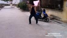 @摄影clover_89 这个球我不信你接的稳(来自拍客手机客户端 下载地址:http://video.sina.com.cn/app/sinapaike.html)