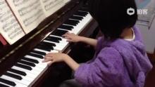 祺祺弹奏《G大调小步舞曲BWV116号》。(来自拍客手机客户端 下载地址:http://video.sina.com.cn/app/sinapaike.html)