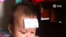 #宝宝发现#天气变化无常,宝贝这几天低烧,但精神还算不错!今天他发现了一个 游戏,拿篓子盖住头逗妈妈玩![爱你](来自拍客手机客户端 下载地址:http://video.sina.com.cn/app/sinapaike.html)