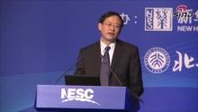 """新浪财经讯 """"首届诺贝尔奖经济学家中国峰会""""于2013年3月18日-19日在北京举行。中国人民银行副行长刘士余在演讲时表示,四大国有银行改制上市时,有不少人批评国有银行遭到""""贱卖"""",对此,刘士余回应称,需要历史性的看待问题,当时对银行改革的信心并不充足,找到发起人都不容易。    他还讲述了当时背景下的一件趣事,中国银行(2.92,0.00,0.00%)上市是由中央汇金公司独家发起的。在召开股东发起大会的时候,中央汇金公司总经理谢平既是股东发起人,也是大会主持人,他在会议上介绍了中国银行上市情况,在表决章程的时候,也是他自己举手,因为他是唯一的股东。    在谈到国有资本提高利用效率的问题时,刘士余称,未来十年国有资本不应当在国有银行保持现在这样高的比例,""""保持这么高的比例实际上意义不是太大,对国有银行资本来讲,国有资本的资源配置效率不是很高""""。    以下为演讲实录:    刘士余:非常高兴应邱教授的邀请参加诺贝尔奖经济学家中国峰会,分享国内外专家关于金融改革发展的智慧以及真知灼见。同时我也就中国金融改革取得的成绩和当前面临的挑战,会议主题:未来十年和发展方向和与会的朋友做个交流。    在我说之前,我突然看到主办方在参会人员介绍当中给我一顶我承担不起的桂冠,说是1980年被选为澳大利亚社会科学院院士,还有全球华商会知名人士,这个可能是编辑人员编的时候不小心把别的皇冠戴到我的头上了,这是求真务实的社会,任何事情都会引起不必要的误会,所以我特别请求在座的人都做个见证,我跟大家坦诚一下,我没有这个事。    下面我跟大家交流一下过去的一些事情。过去十年我们金融体制改革的回顾,这个跟大家讲讲可能有助于同志们分析我们当前面临的金融状况,也有利于下一步的深化金融改革,维护金融稳定有更多的理解和共识。    大家知道过去十年,在经济体制改革当中,可能最重头的就是金融体制改革,因为这是中国市场经济改革当中最重要的组成部分。在过去三十多年的改革当中,我个人认为,或者我亲历亲为的感受是我们把企业改革放在前面,把金融改革放在后面,这是大的金融改革路线选择,现在看是非常正确的。    大家知道亚洲金融危机之后,中国倒闭了一大批中小金融机构,比如信托投资公司,城市信用社,农村信用社,典当行,还有农村合作基金会,这段历史虽然是15年前的事,但是对我们今天加快发展民营金融机构,发展中小银行仍然有很多教训和启示,不能忘本。同时在亚洲金融危机之后,四大银行的不良资产急剧攀升,当时2000年左右,国际上权威人士评论中国四大国有银行,已经是技术性破产了,当时成立了四大国有资产公司,从国有银行剥离了四万亿的不良资产,我们用了五年时间把亚洲金融危机度过之后,把地方的金融风险处理了,但是没有彻底清理干净,我们把存款人利益保护了,把国有银行不良资产剥离出去了,为股份制改革奠定一个好的基础。    那么2003年以来,我理解,或者我的体会,我们金融改革基本上是两条线,一个就是重组再造微观金融基础,也就是说把金融机构扳成真正的金融机构,这是一条主线,还有一条就是大力发展金融市场,鼓励金融创新。大家看到资本市场,无论是股市还是债市,还是货币市场,都是飞快的增长。这些发展为应对国际金融危机打下非常好的基础。    国有银行的改革实际上是存储的问题,当时03年中央政府决定无论是银行,证券,保险,企业确定目标是叫资本重组,内控严密,服务安全,效益良好,这是总结中国企业改革基础上,提出了金融企业改革的根本目标,按照这个目标对四大银行进行改革,基本上分六个步骤,第一个是财务重组,包含这么几个部分,冲销,审核,处置不良贷款,国家和其他金融机构的注资。第二个就是设立股份公司,第三建立公司治理结构,第四转换金融机制,第五引进战略投资,第六公开上市,然后达到提升风险控制能力和对实体经济服务能力的目的。为什么我要提这个往事,很重要的一方面,当时我们把这个银行做成了,上市了,后期面临一个比较大的误解和压力,就是说国有银行被贱买了。如果站在今天对未来十年中国金融改革和发展还有一个理性的判断和选择的话,我们过去这一段争议是值得警示和不能忘怀的。    为什么当时提出国有资产被贱买呢?就是说战略投资进来,比如1.2一股,上市就卖到3块多,一年多时间,资本成倍的翻番,甚至有人说高盛投资中国工商银行(4.06,-0.01,-0.25%)已经赚多少倍了。如果我们把这段历史割裂开来,评价高盛投资中国工商银行的退出,我们就走进了改制的误区,这样对未来十年的判断就产生了非理性的干扰。    我们当时对银行的改制,第一个选择了中国银行和建设银行(4.57,0.02,0.44%),当时我们说股份有限公司发起股东不能低于五个人,当时还规定,发起的股东三年内不能转让。当时建行股东制发起的时候,我们找五个发起人是非常费劲的"""