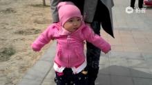 #小桃子的每一天#第308天。昨天在楼下的视频。桃子现在一出来就超爱走,她会朝着自已想去的方向积极地迈步,我呢,就是个保护她的个随从[汗](来自拍客手机客户端 下载地址:http://video.sina.com.cn/app/sinapaike.html)