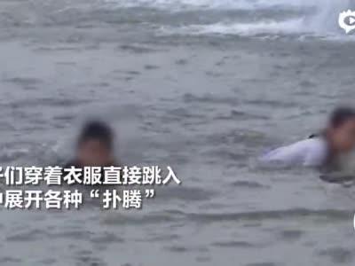 人造瀑布变澡堂 众多顽童跳入水中