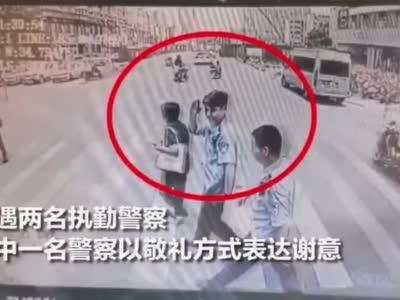 郑州公交车长礼让斑马线 获执勤警察以军礼回应