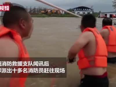 湖北襄阳:河水上涨围困工棚 消防救出15名工友