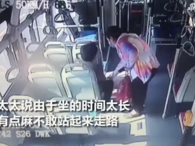 老人坐公交时间长腿麻站不起来,陌生小姑娘蹲下捶捶揉揉
