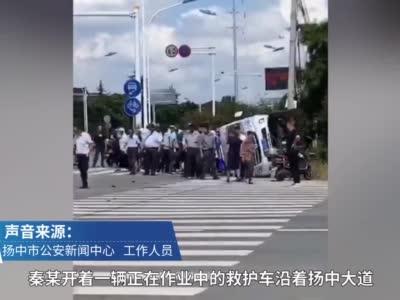 镇江一救护车与轿车相撞后侧翻,急救病人死亡医护人员轻伤