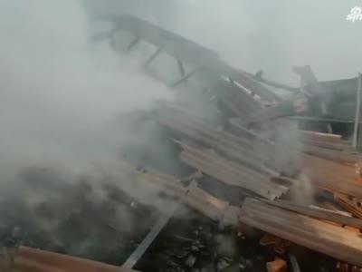 平顶山:家具厂仓库起火 消防紧急扑救
