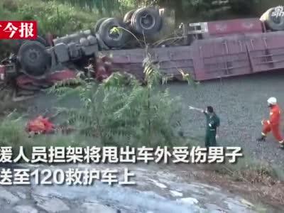 货车冲出高速翻下护坡四轮朝天,副驾驶被甩出车外受重伤