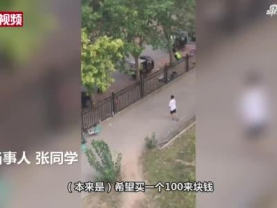 封校学生与外卖骑手隔铁护栏打球:担心球拍质量问题试用