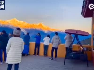"""绝美!云南梅里雪山现""""日照金山""""奇观_新闻_央视网(cctv.com)"""