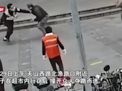 上海一男子超市行窃逃跑 民警飞身将其扑倒抓获