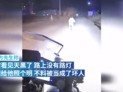 小男孩将为其照明的摩托车骑手当坏人,丢掉自行车大喊妈妈