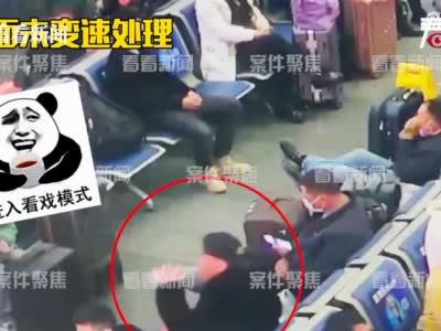 视频|太秀了!男子在火车站狂饮一瓶白酒后直接昏迷