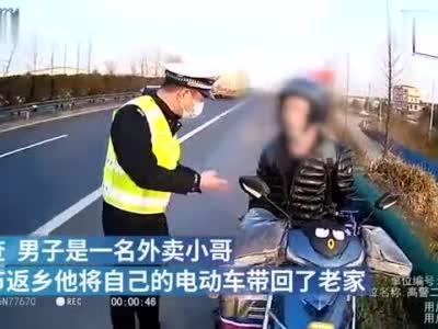 走错片场!外卖小哥骑电动车高速公路逆行,交警护送驶离