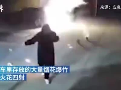 男子点燃钢丝棉后挥甩玩耍,引燃旁边汽车后备箱存放的烟花