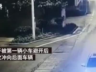 男子与女友吵架后逆行跑向车流,小车避闪不及与其相撞
