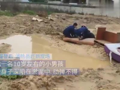 南昌一男孩翻入工地玩耍陷入泥坑 消防员徒手刨出