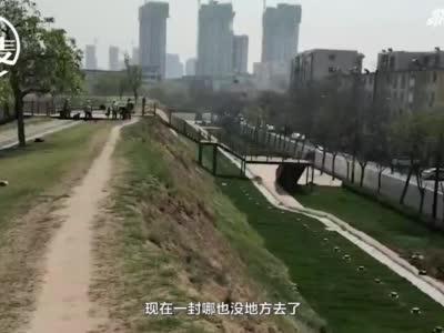 郑州城南路南侧人行道拆后暂停施工 居民出行难 相关部门:规划有变更