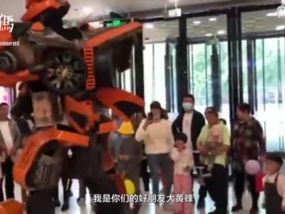"""小伙身穿2.8米铠甲,大飙""""机器人"""" 脱口秀,妙语连珠太萌了!"""
