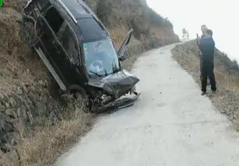 行车记录仪拍下司机冲出悬崖 崖壁上连续翻滚