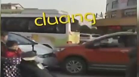 实拍两车当街连续对撞 事后竟微笑离开